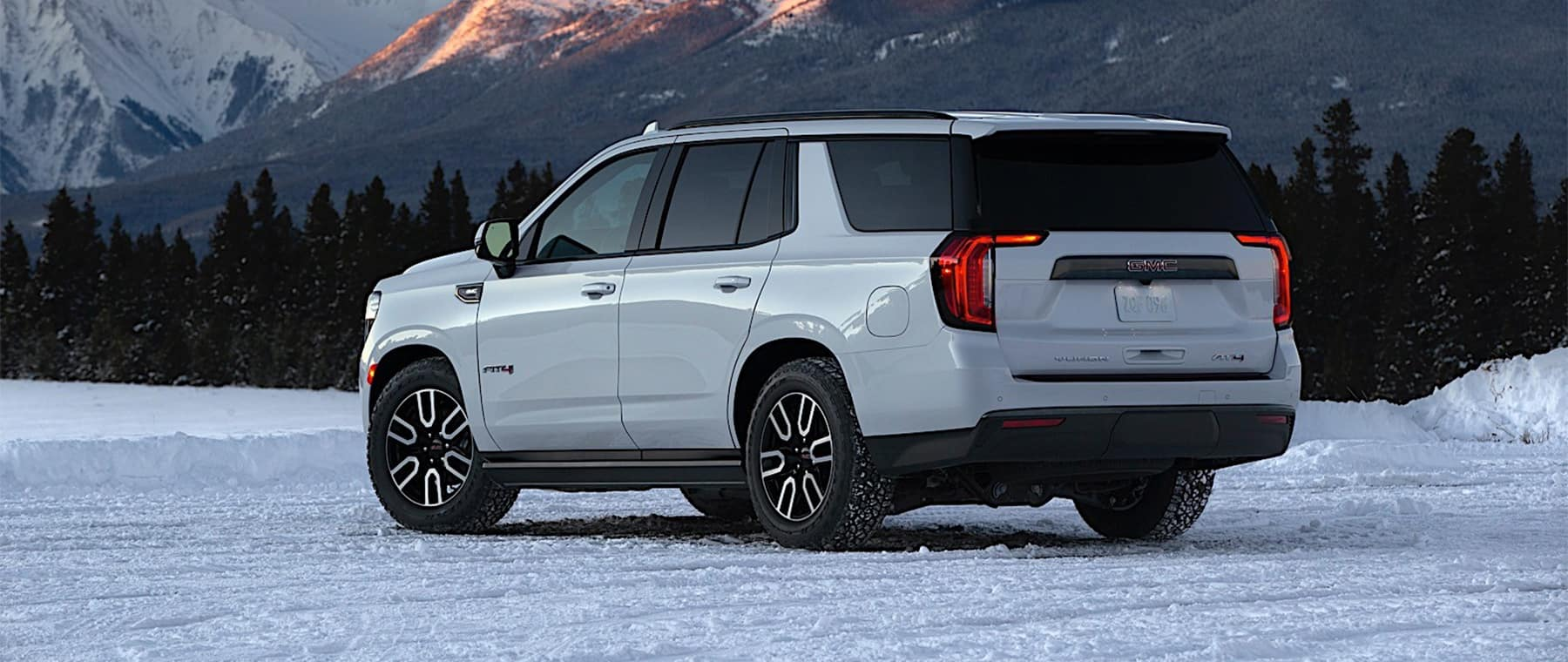2021 GMC Yukon white 3/4 angle rear view